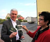 Präsident Dieter F. Uchtdorf zeigt Bilder von Ostrau aus seiner Kindheit
