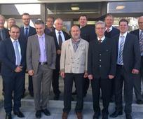 Öffentliche und religiöse Würdenträger gratulieren der Gemeinde Innsbruck zu ihrem 50-jährigen Bestehen: vordere Reihe v.l.n.r: Özgür Erdogan, Samir