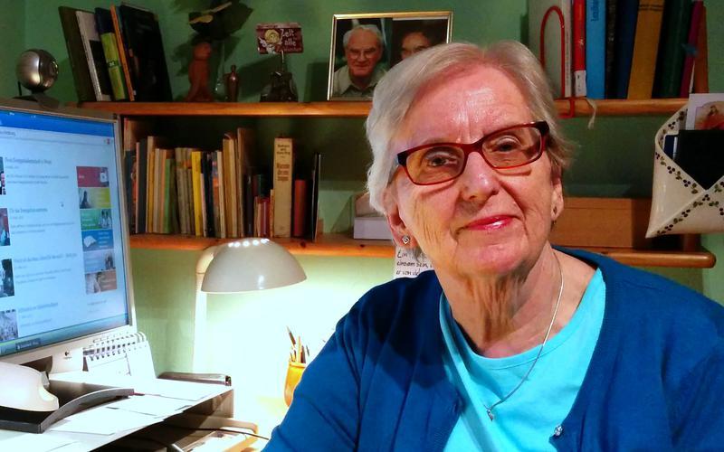 Schwester Dannenberg an ihrem Arbeitsplatz