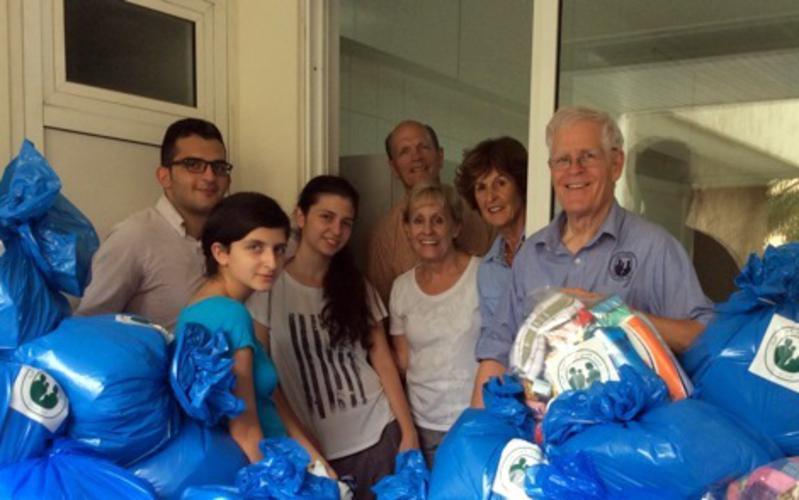 Helfer und Spendensäcke