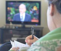 Kvinde ser tale på fjernsyn