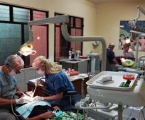 Dentistas en clínica de Guatemala
