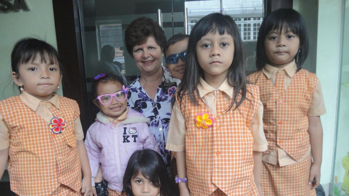 Sister Lucherini berfoto bersama anak-anak balita Yayasan Sadhu Vaswani