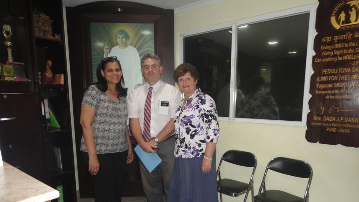 Elder dan Sister Lucherini bersama Ibu Duri, ketua Yayasan Sadhu Vaswani
