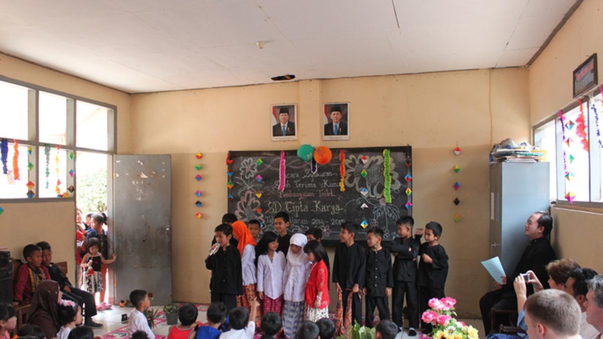 Misionaris mengecat tembok Sekolah Dasar Cipta Karya Bandung