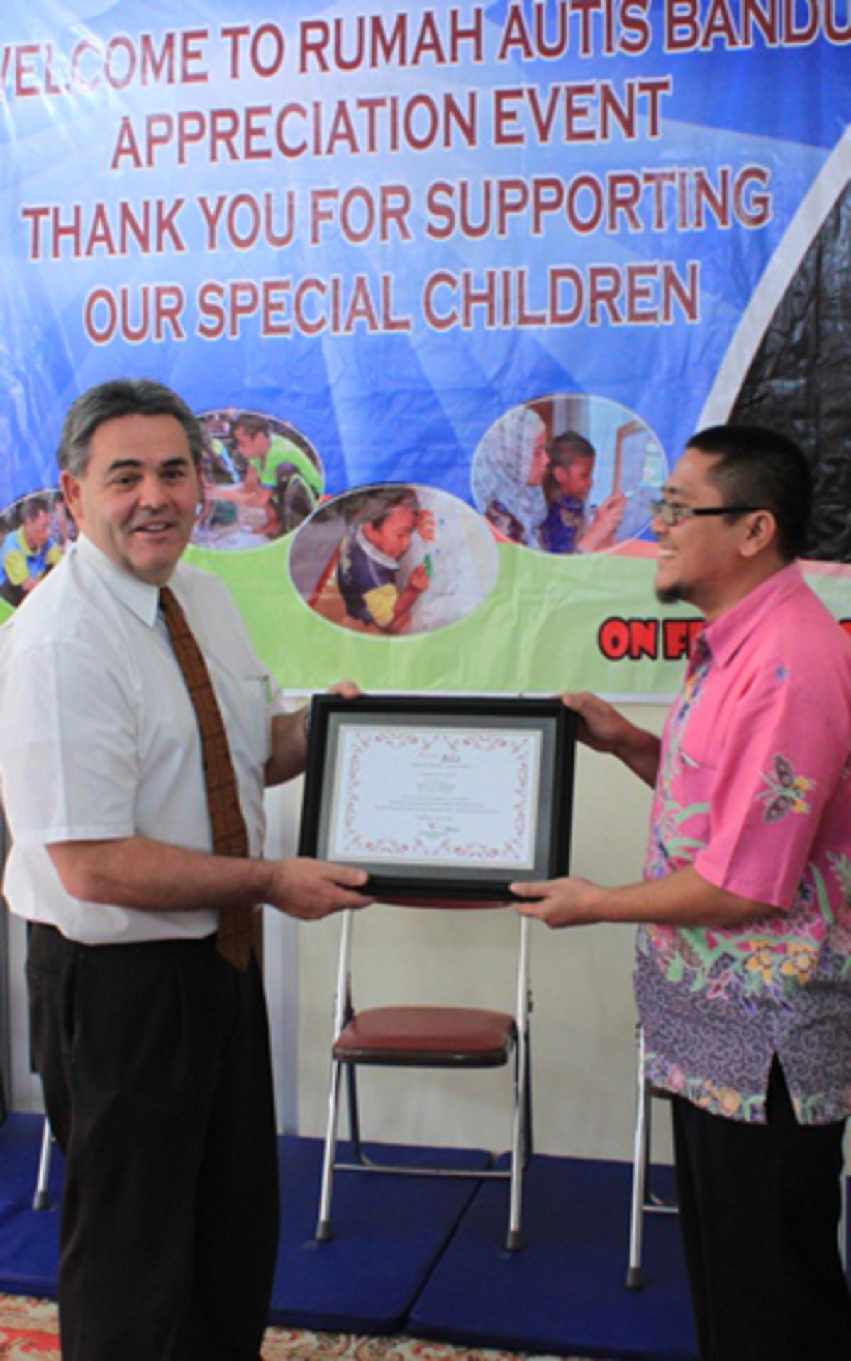Foto bersama di Rumah Autis Bandung