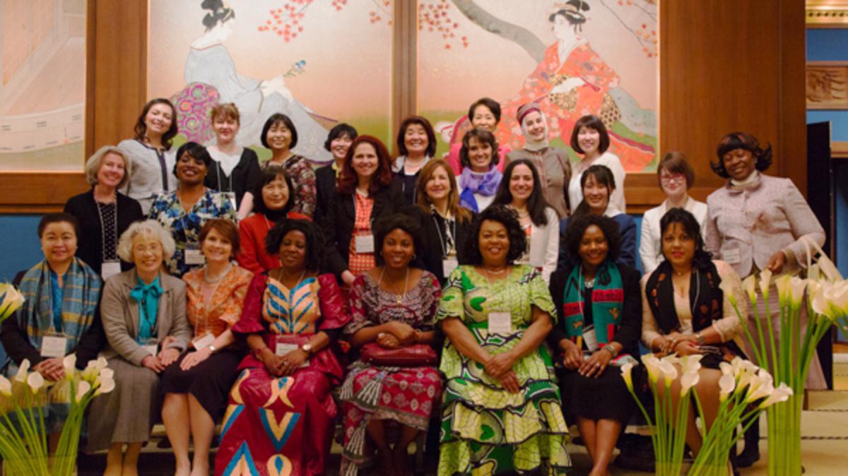 教会の女性と大使夫人らとの昼食会