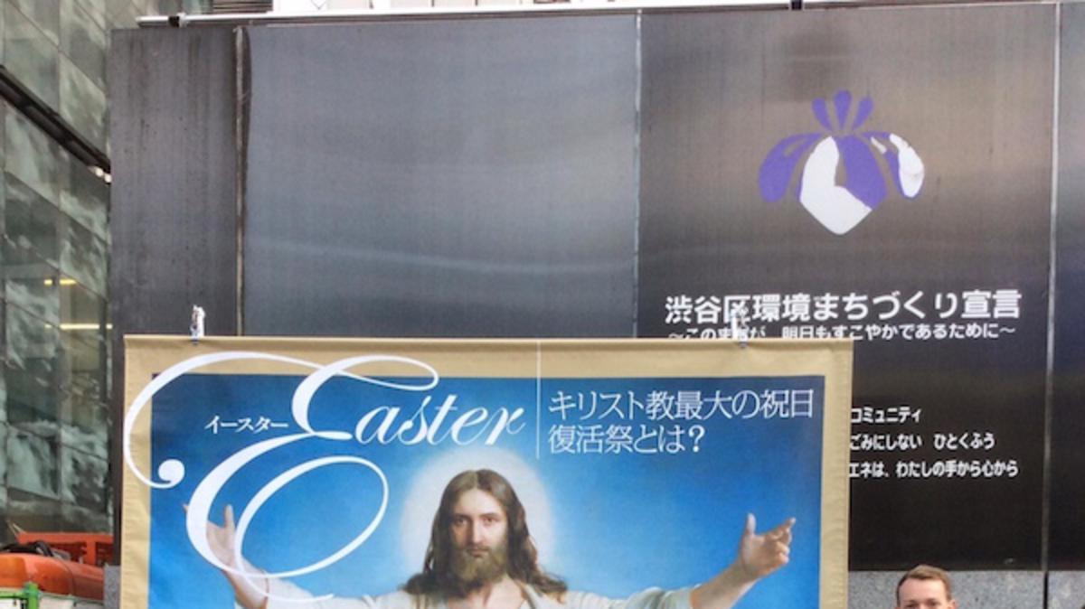 都心で復活祭について語る宣教師たち