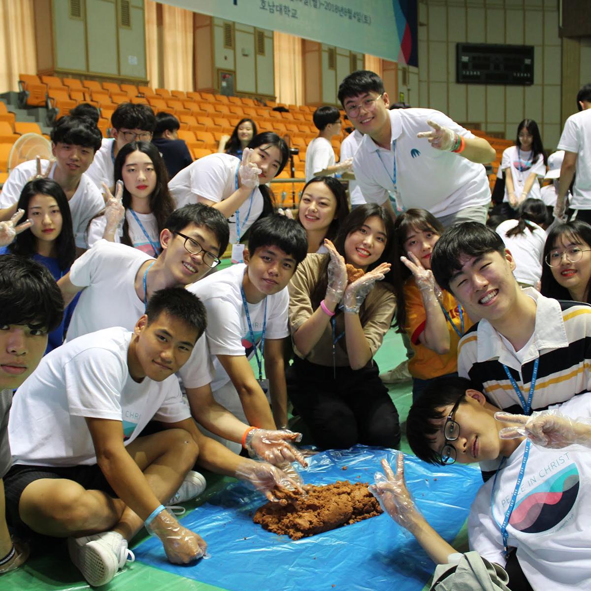봉사활동 중인 참가자들