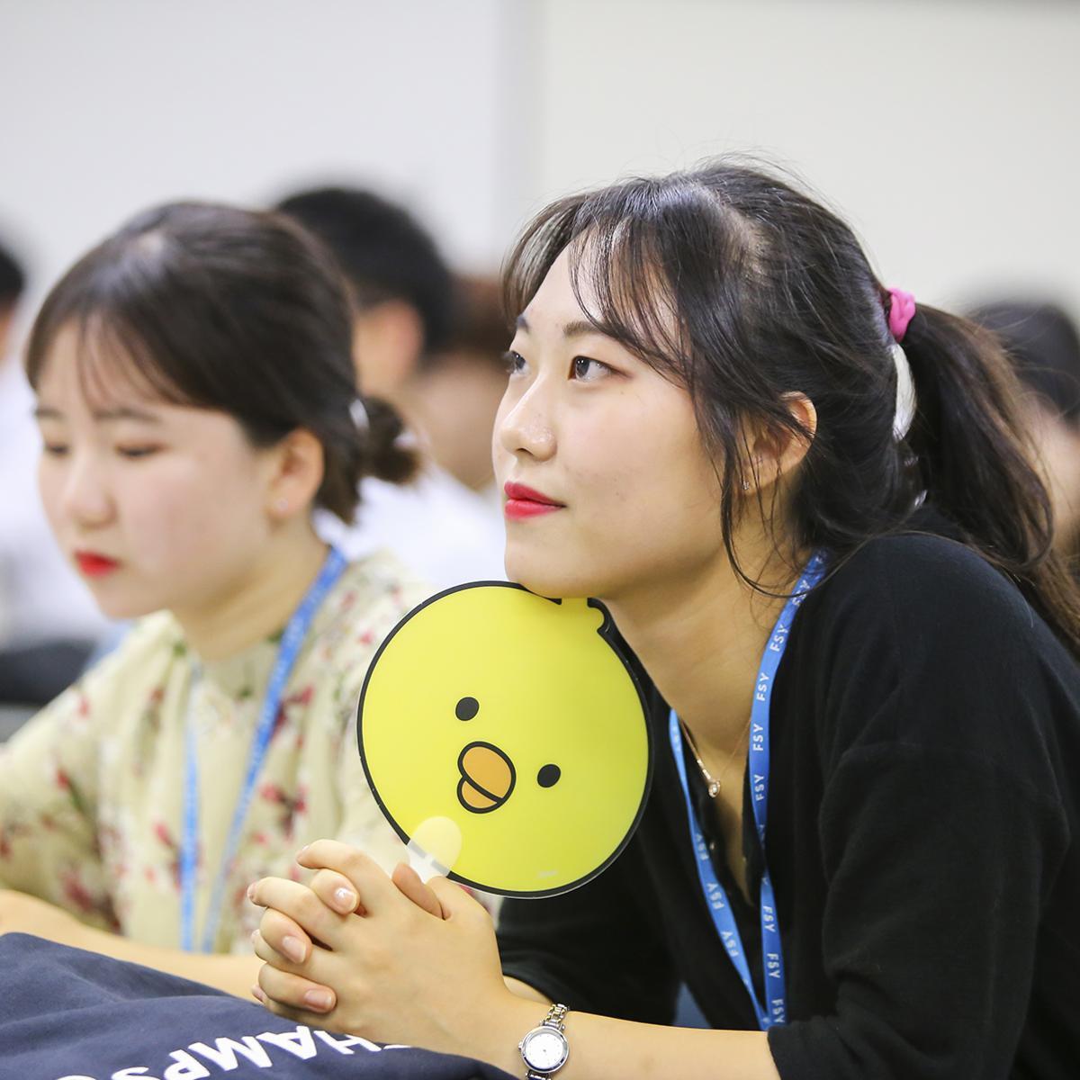 간증 모임 중인 참가자들