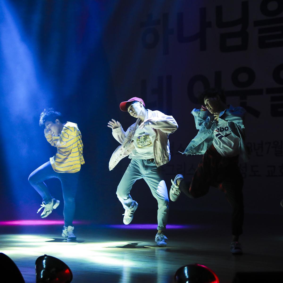 버라이어티 쇼에서 춤추는 참가자들 3