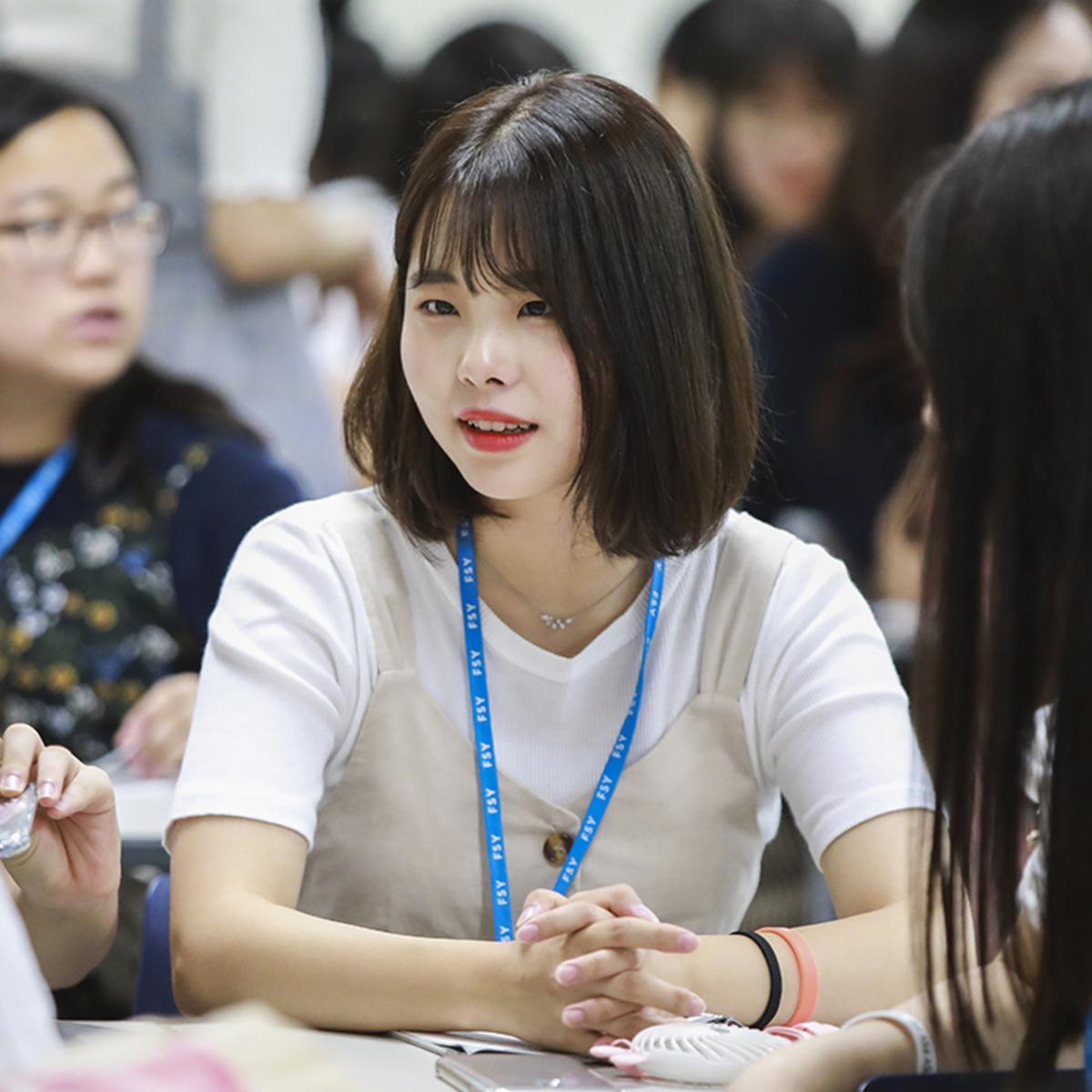 앉아서 이야기 하고 있는 청녀의 모습