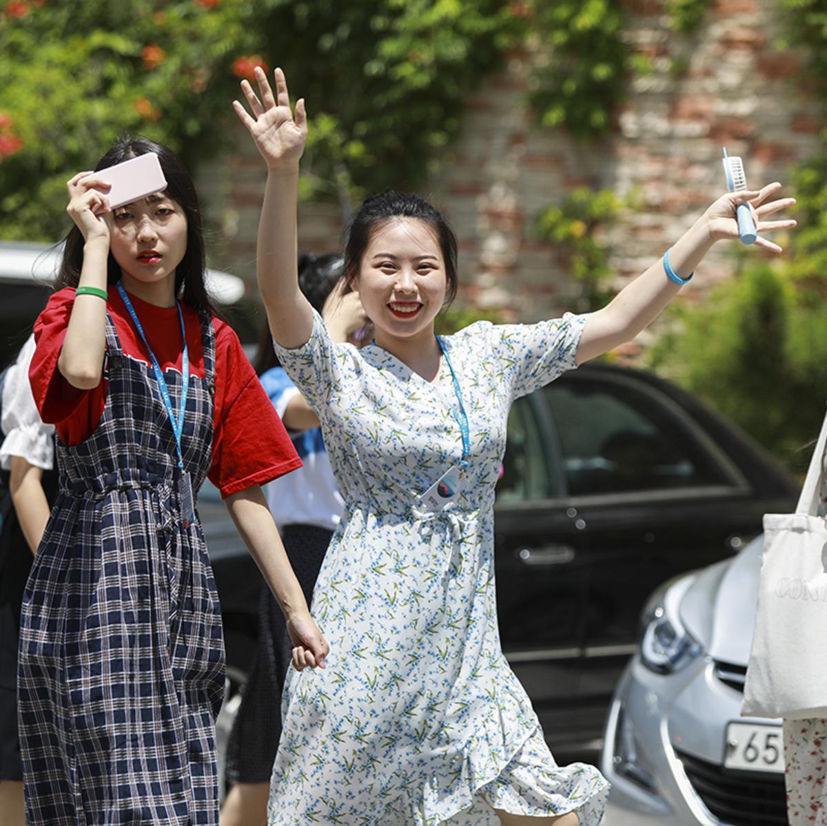 손을 흔들며 걷고 있는 청녀의 모습