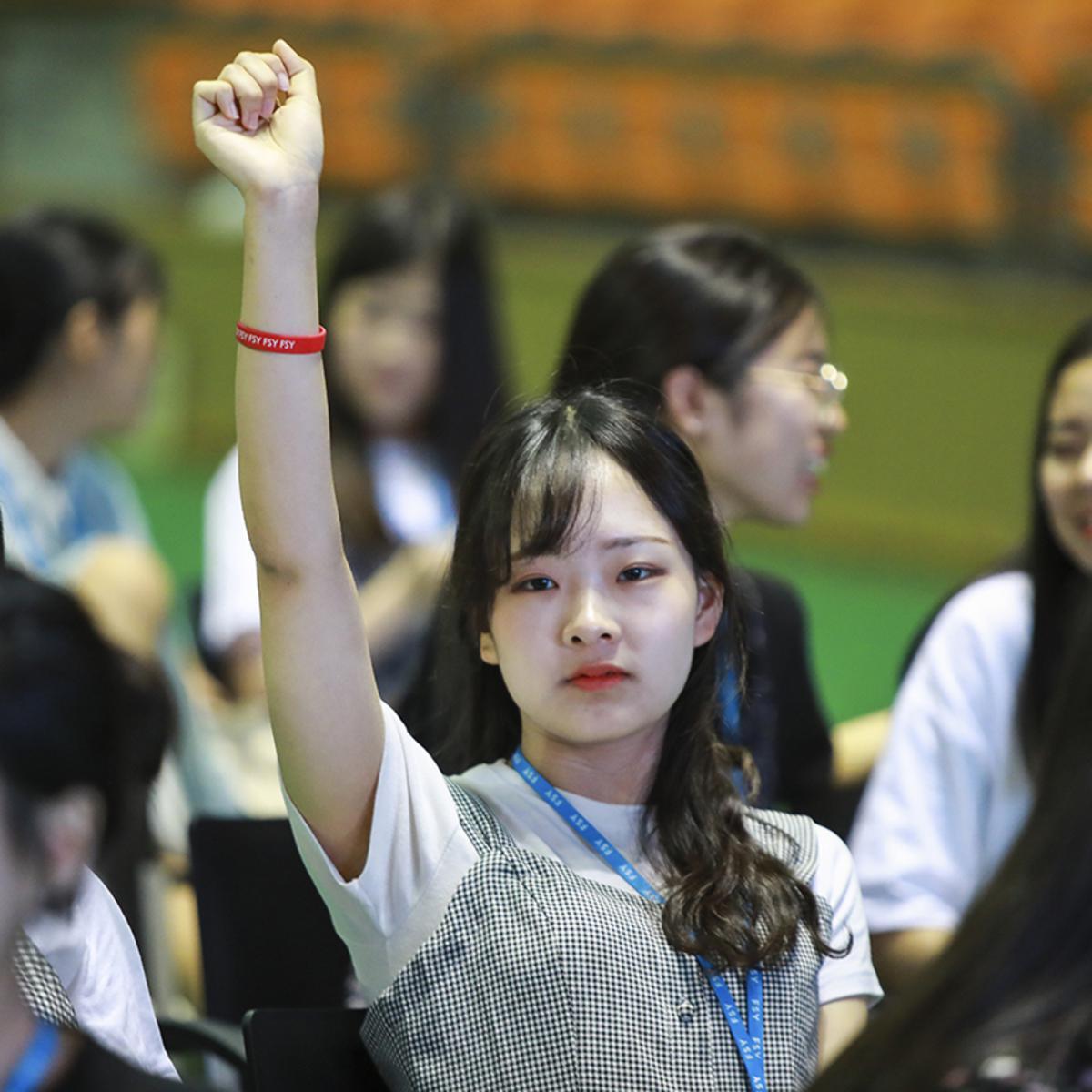 손을 들고 있는 청녀의 모습