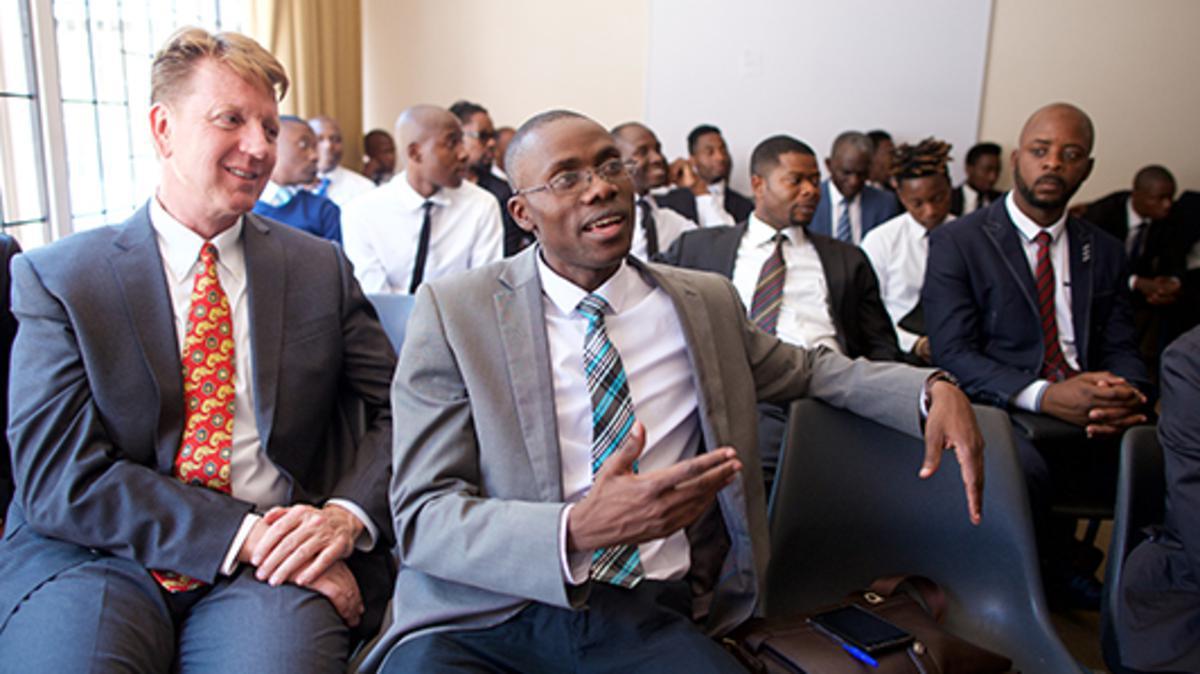 일요일 신권 모임에 참석한 회원들의 모습