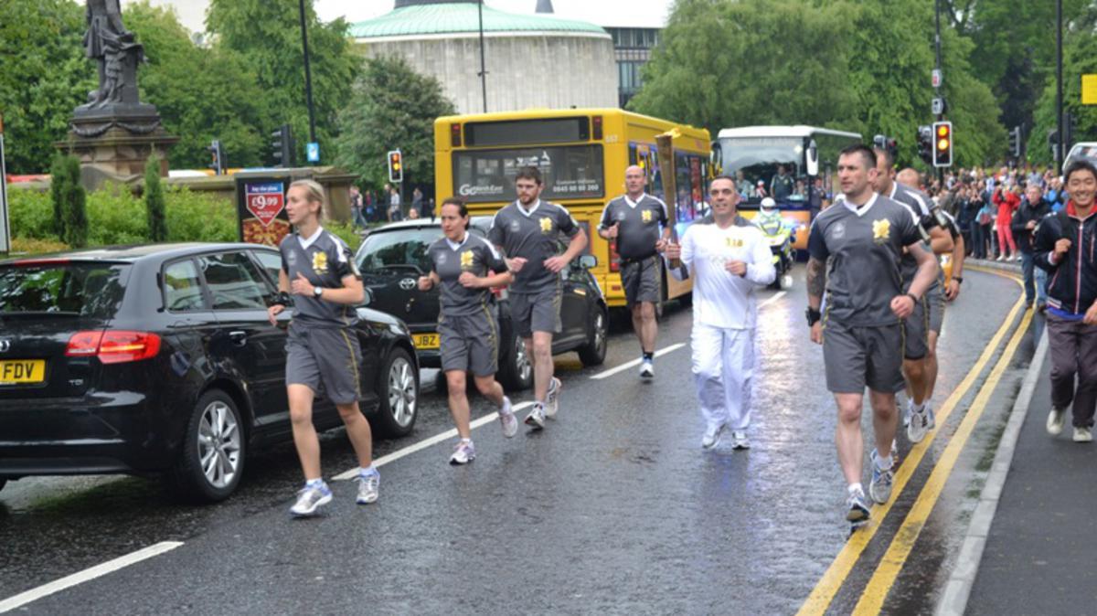 2012 런던올림픽에서 그가 도와준 청소년들에 의해 성화 봉송주자로 지명된 David Graydon