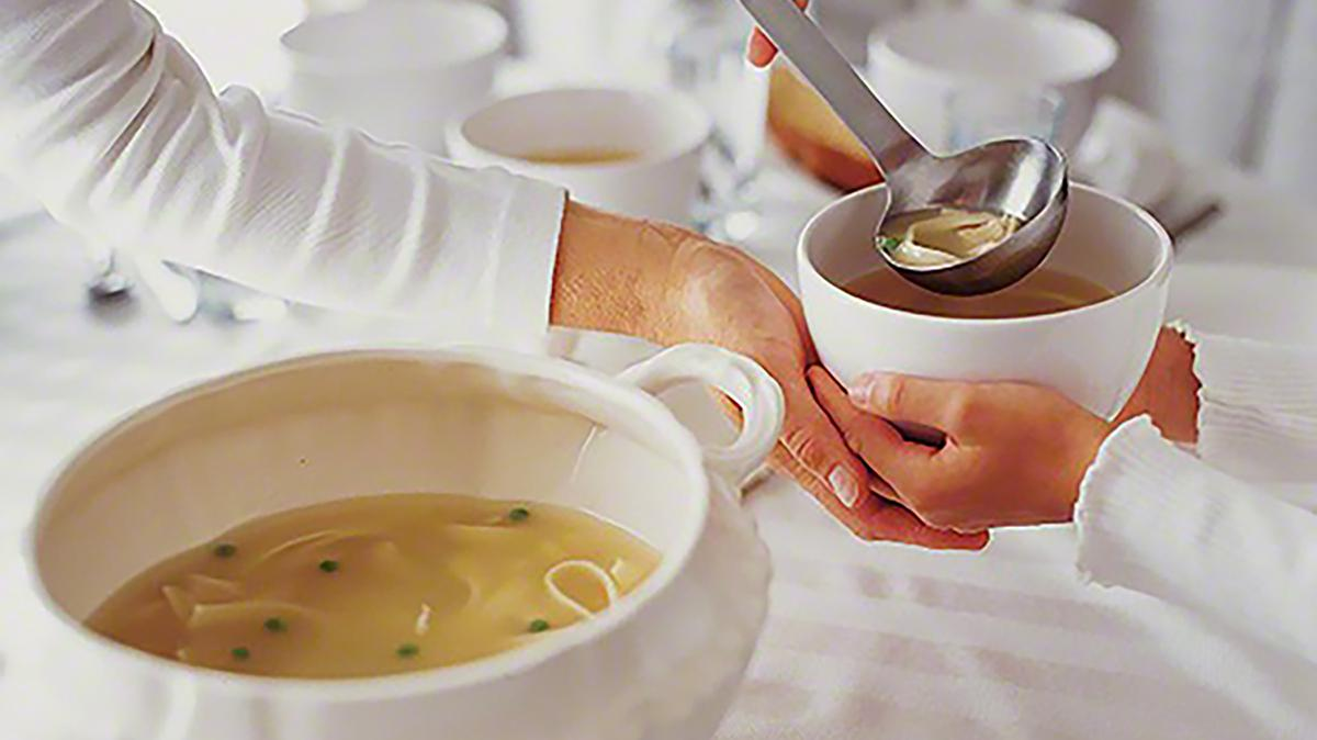 음식을 대접하는 모습