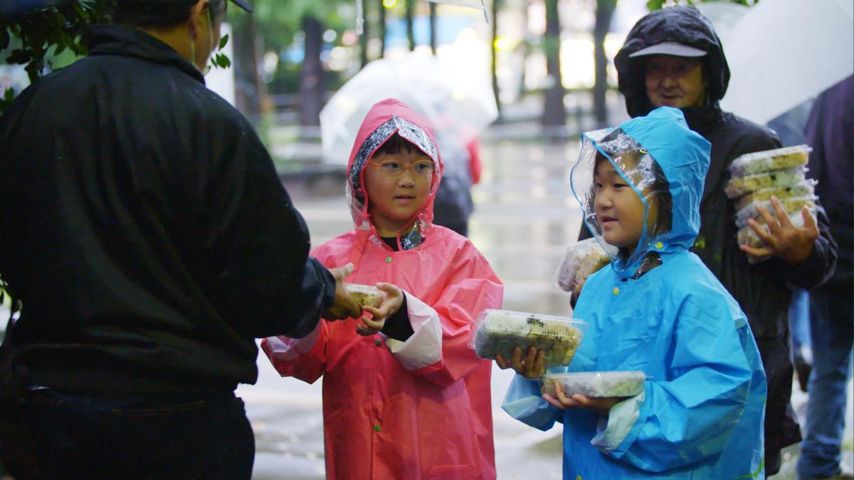 음식을 나눠주는 어린이들의 모습