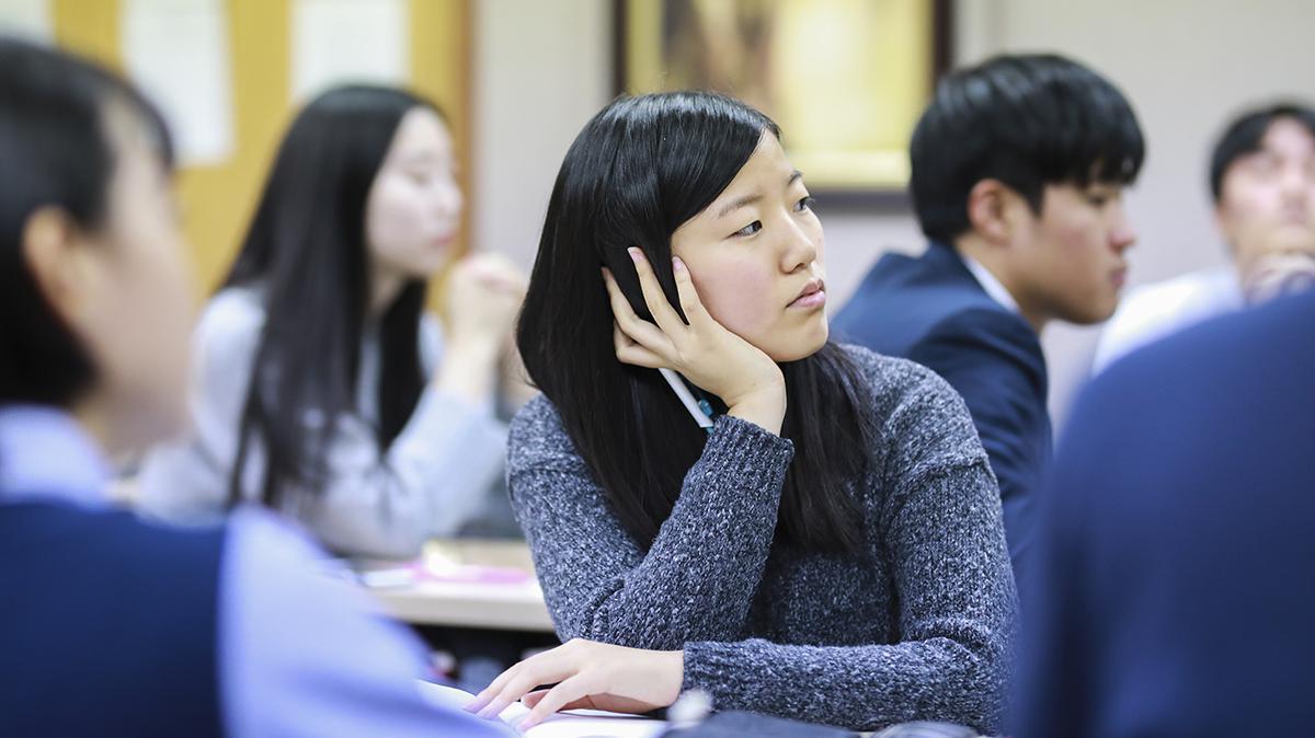 종교교육원 수업을 듣고 있는 자매의 모습