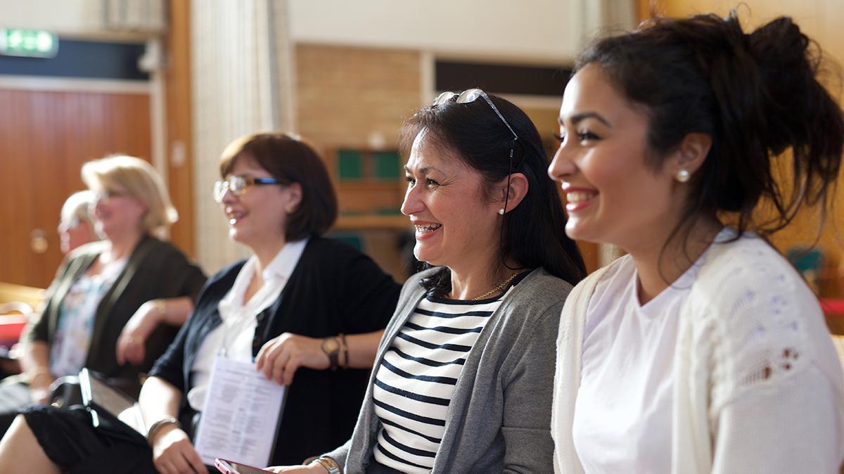 웃고 있는 자매들의 모습