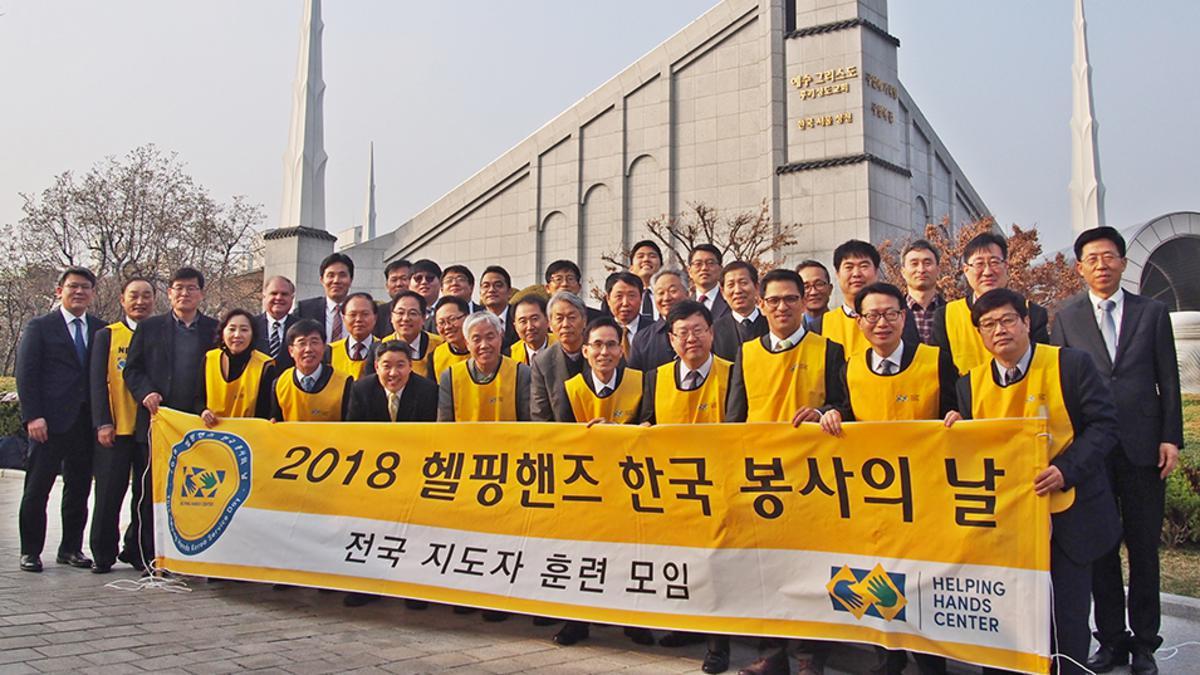 성전앞에서 노란색 조끼를 입고 플랜카드를 들고 있는 형제들