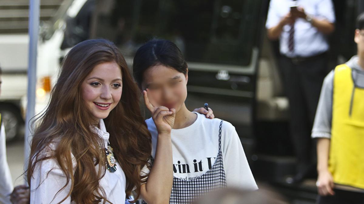 소녀와 사진 찍고 있는 렉시워커