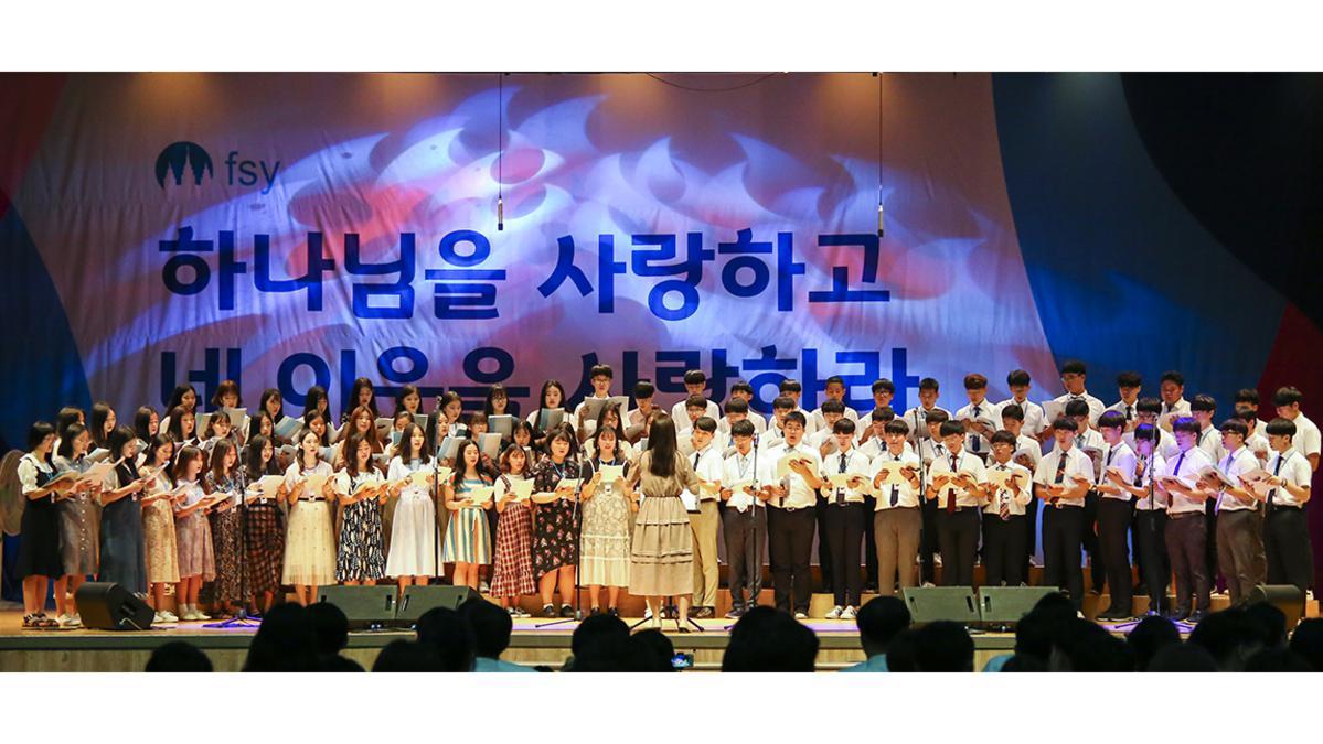 음악프로그램에서 합창하는 청소년들