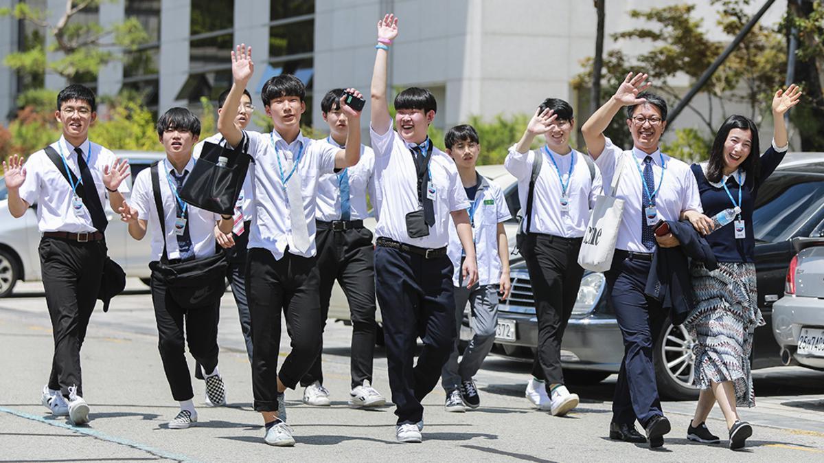 손을 흔들며 걸어가고 있는 청남들의 모습