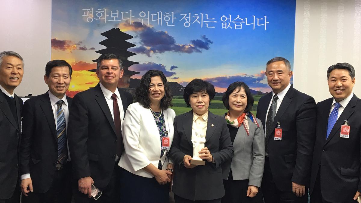 조배숙 국회의원과 함께 서 있는 본부 보조조직 역원들