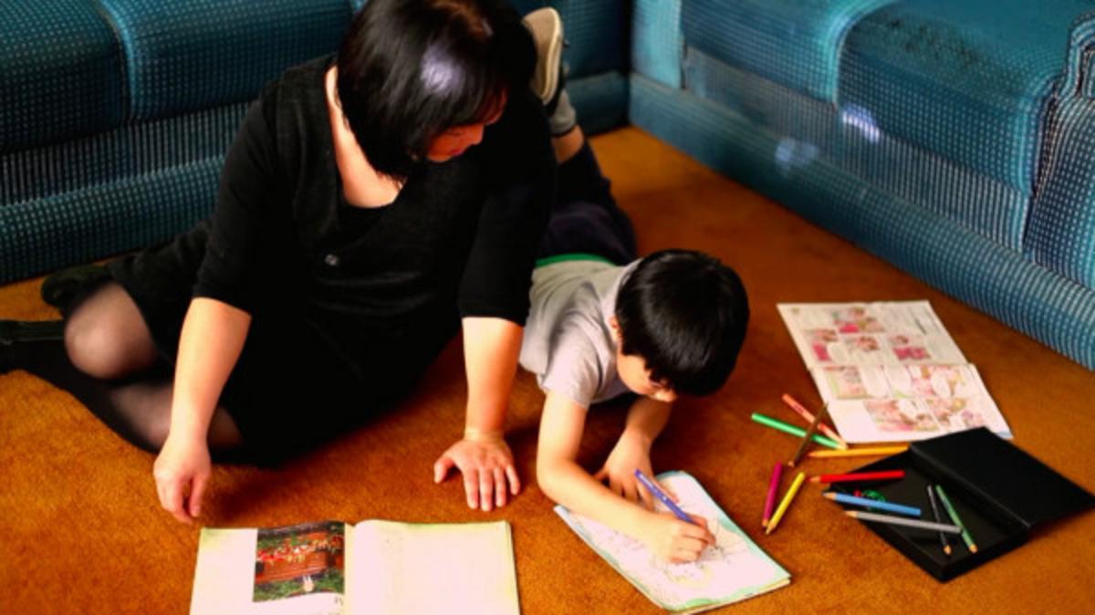 엄마와 함께 색칠공부를 하고 있는 아이의 모습