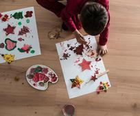 크리스마스 그림을 그리고 있는 어린이