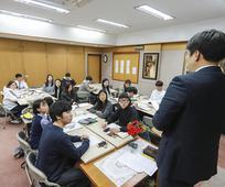 종교교육원 수업을 듣고 있는 학생들의 모습