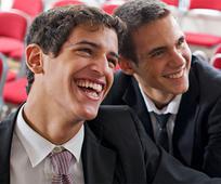 웃고 있는 청년들