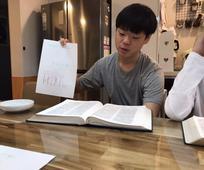종이를 들고 있는 청남의 모습