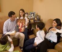 후기 성도 가족들은 매주 가정의 밤 활동을 하며 함께 시간을 보냅니다.