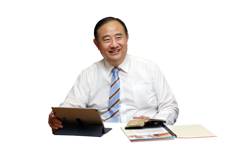북 아시아 지역 회장단 제2보좌 최윤환 장로가 미소짓는 모습