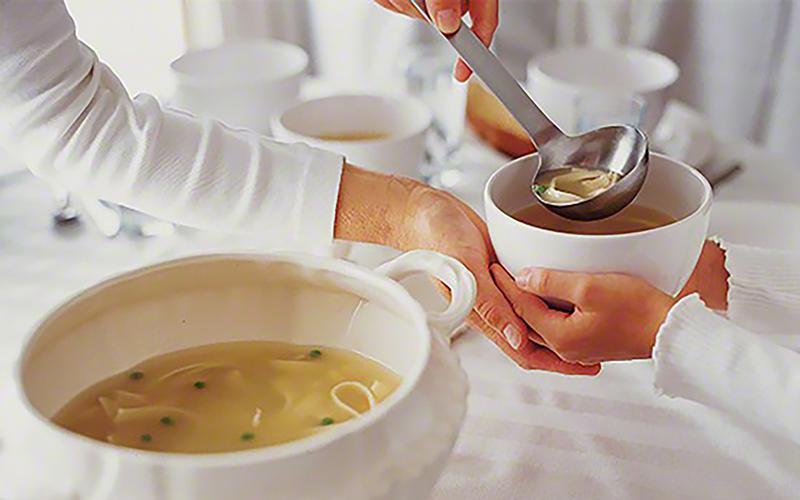 수프를 대접하는 모습