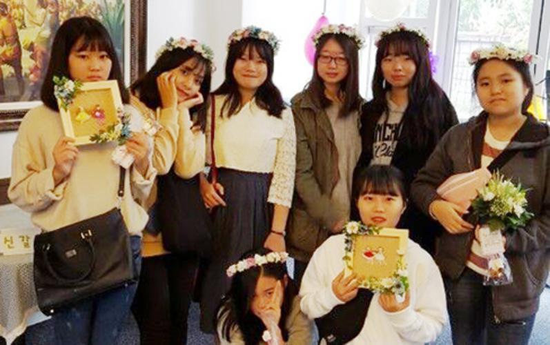 꽃을 들고 있는 여자 아이들의 모습
