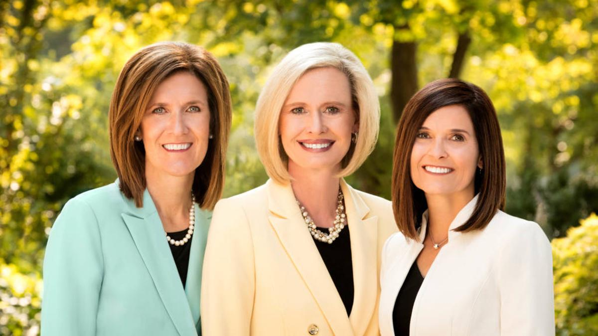 본부 청녀 회장단: 보니 에이치 코든 자매(가운데), 미셸 디 크레이그 자매(왼쪽), 베키 크레이븐 자매(오른쪽).