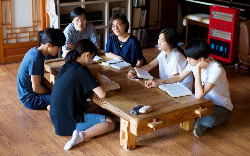 경전을 공부하고 있는 가족