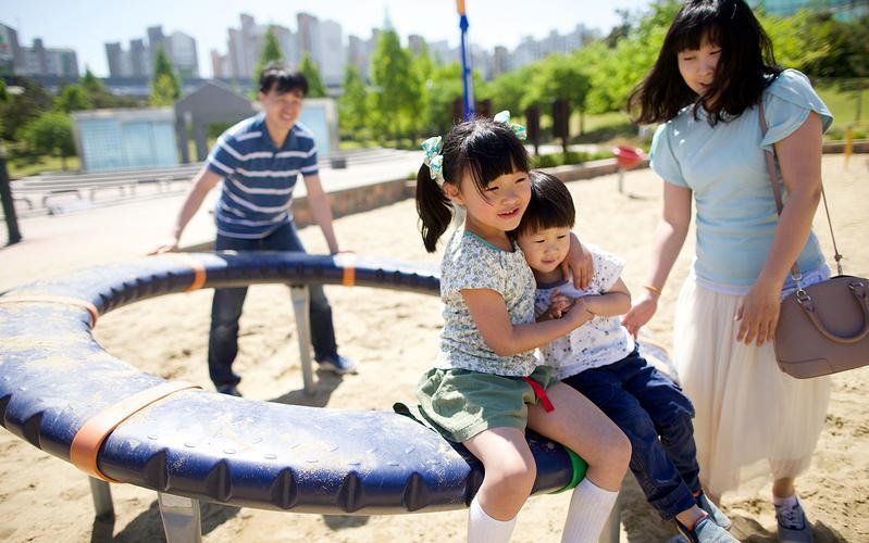 놀이터에서 놀고 있는 가족