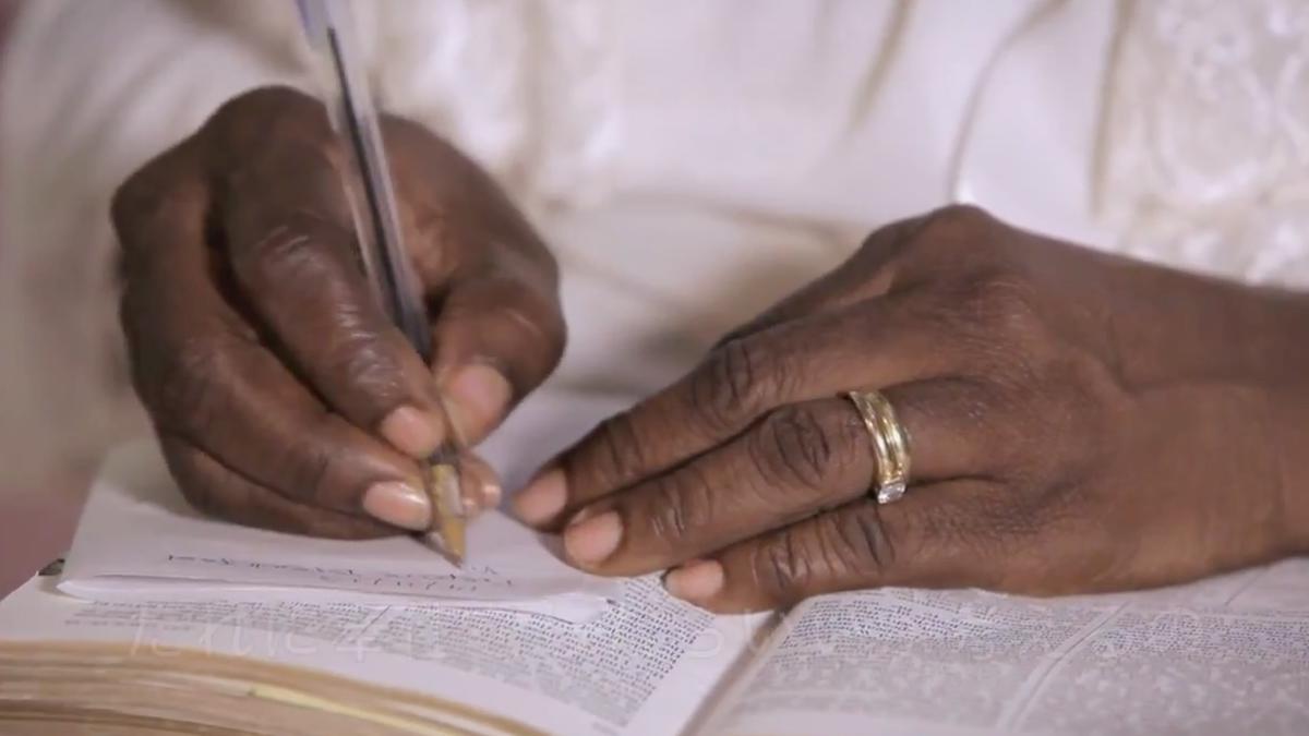 글을 쓰는 여성의 손