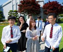 서울 성전 앞에 모여 있는 청소년 이미지