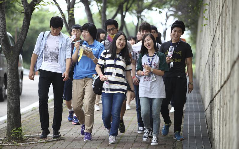 efy에 참석한 청소년들이 걸어내려오는 모습