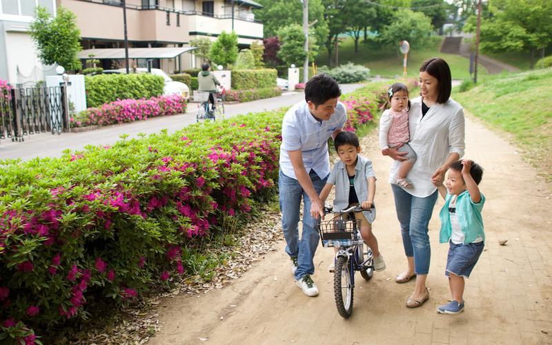 자전거를 타고 함께 산책하는 가족 이미지