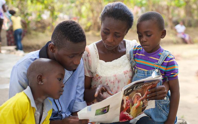 콩고민주공화국에 사는 한 가족이 복음을 공부하고 있다.