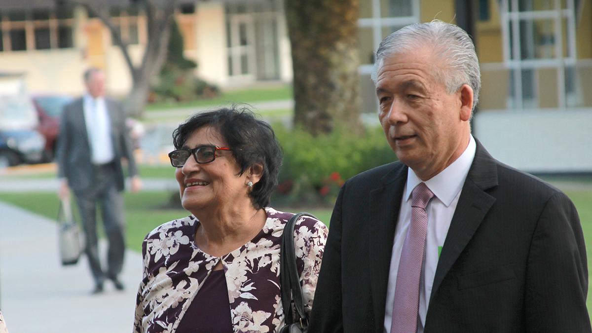 Élder Mirón con su esposa