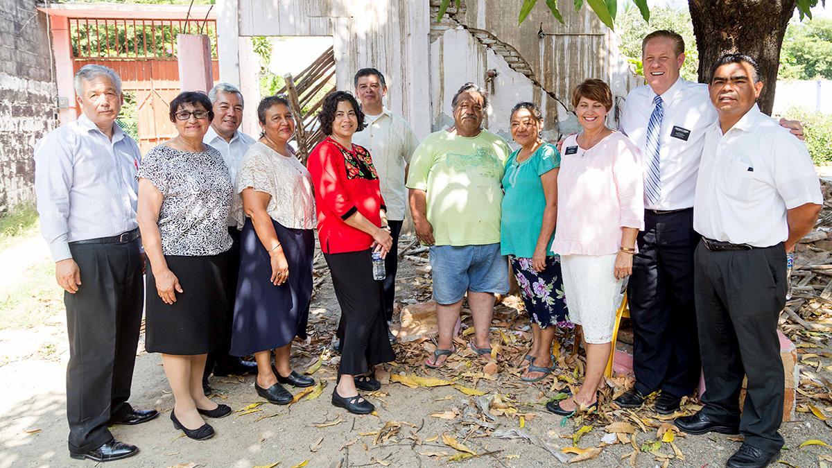 Élder Mirón visitando a los hermanos de Oaxaca junto con la hermana Reyna I. Aburto