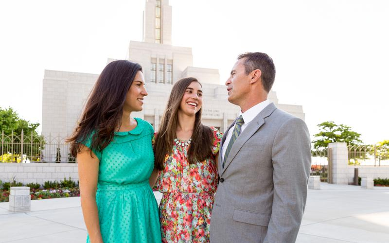 Joven y sus padres en el templo.