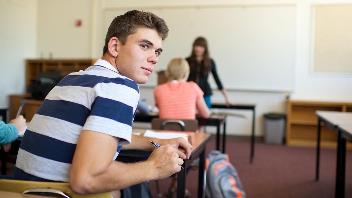Joven en salón de clases